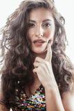 Молодая женщина брюнет с курчавым стилем причёсок в причудливом платье glamur изолированном на белый показывать предпосылки эмоци Стоковые Изображения