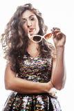 Молодая женщина брюнет с курчавым стилем причёсок в причудливом платье glamur Стоковые Фотографии RF