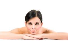 Молодая женщина брюнет с piersing взглядом стоковые фото