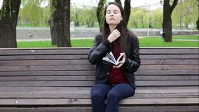 Молодая женщина брюнет читая книгу видеоматериал