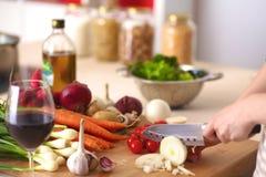 Молодая женщина варя в кухне еда здоровая Стоковое фото RF