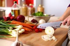 Молодая женщина варя в кухне еда здоровая Стоковые Изображения