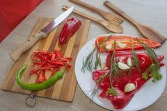 Молодая женщина варя здоровую еду в кухне Варящ еду дома кухня подготовляя женщину овощей Стоковые Фотографии RF