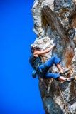 Молодая женщина взбираясь в Dolomits, Италия Стоковая Фотография RF