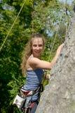 Молодая женщина взбираясь стена утеса Стоковые Фото