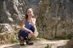 Молодая женщина взбираясь стена утеса Стоковая Фотография
