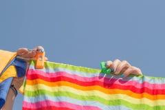 Молодая женщина висит прачечную надушены и очищают одежды, прачечная концепция устойчивости, природы и очищенности, глубоко очища Стоковые Изображения RF