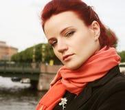 Молодая женщина внешняя на мосте Стоковые Фотографии RF