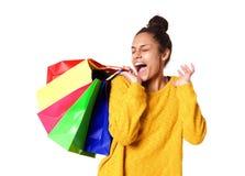 Молодая женщина возбужденная с ее покупками Стоковое Изображение