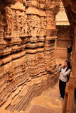 Молодая женщина восхищая интерьер Jain виска, Jaisalmer, Rajasth Стоковая Фотография RF