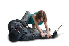 Молодая женщина воюет с похитителем на улице Концепция самозащитой Стоковое Фото