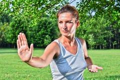 Молодая женщина во время тренировки хиа tai в парке Стоковые Изображения RF