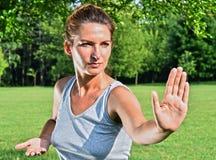 Молодая женщина во время тренировки хиа tai в парке Стоковое Изображение