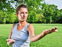Молодая женщина во время тренировки хиа tai в парке Стоковая Фотография