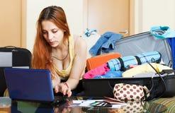 Молодая женщина выбирая гостиницу онлайн Стоковая Фотография RF