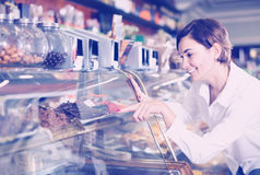 Молодая женщина выносить самый лучший десерт confectioner's Стоковая Фотография