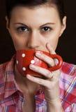 Выпивать молодых женщин Стоковые Изображения