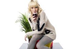 Молодая женщина выпивая держащ стеклянное красное вино Стоковое Изображение RF