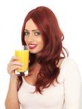 Молодая женщина выпивая свежий апельсиновый сок Стоковая Фотография RF