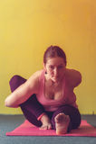 Молодая женщина выполняя йогу в классе Стоковое Фото