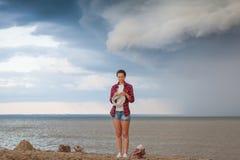 Молодая женщина вяжет свитер стоковые изображения
