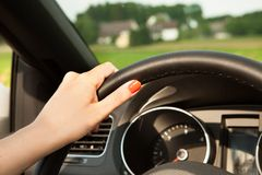 Молодая женщина в автомобиле Стоковые Фотографии RF