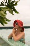 Молодая женщина в бассейне Стоковые Изображения