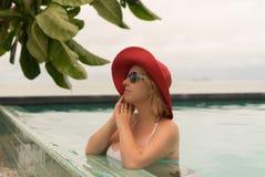 Молодая женщина в бассейне Стоковое Изображение