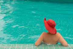Молодая женщина в бассейне Стоковое фото RF