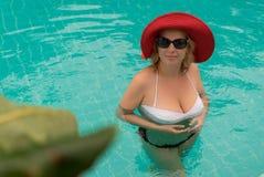 Молодая женщина в бассейне Стоковые Изображения RF