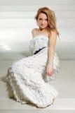 Молодая женщина в белом платье стоковое изображение