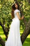 Молодая женщина в белом платье стоковая фотография rf
