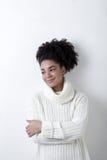 Молодая женщина в белом свитере knit обнимая Стоковые Изображения RF