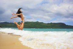 Молодая женщина в бикини скача на пляж Rincon, полуостров Samana стоковые фотографии rf