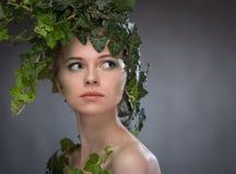 Молодая женщина в венке листьев Стоковое Изображение