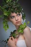 Молодая женщина в венке листьев Стоковые Фото
