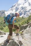 Молодая женщина в горах стоковая фотография rf