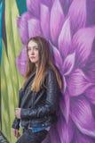 Молодая женщина в городском ландшафте - граффити стоковые фотографии rf