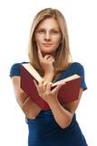 Молодая женщина в голубом платье читает Красную книгу стоковое изображение rf