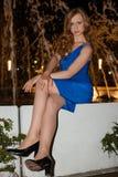 Молодая женщина в голубом платье Outdoors на ноче стоковые изображения rf