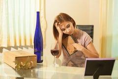 Молодая женщина в депрессии, выпивая спирте Стоковое Изображение