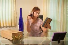 Молодая женщина в депрессии, выпивая спирте Стоковые Изображения