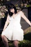 Молодая женщина в дереве магнолии Стоковая Фотография RF