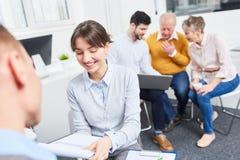Молодая женщина в деловой встрече Стоковые Фото