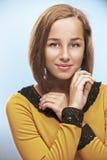 Молодая женщина в желтом платье стоковые изображения