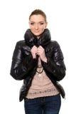 Молодая женщина в джинсах и куртке стоковые изображения