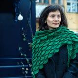 Молодая женщина в зеленой шали Стоковое фото RF