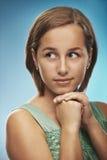 Молодая женщина в зеленом платье стоковое изображение rf