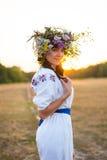 Молодая женщина в длинной белизне вышила рубашке и в венке Стоковая Фотография RF