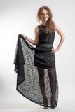 Молодая женщина в длинном черном платье стоковое изображение rf